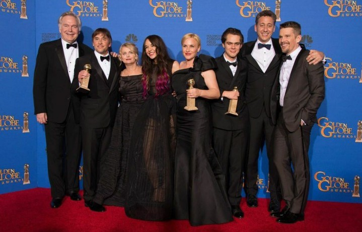 I vincitori dei Golden Globe. Da sinistra, il produttore Jonathan Sehring, il regista Richard Linklater, l'attrice Lorelei Linklater, la produttrice Cathleen Sutherland, gli attori Patricia Arquette and Ellar Coltrane, il produttore John Sloss e l'attore Ethan Hawk (foto: Jordan Strauss/Invision/Associated Press, Golden Globes via Facebook)