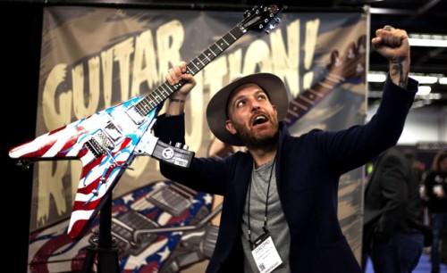 Jack Jaselli con una delle chitarre più originali del NAMM 2015, costruita dagli americani di Peacekeeper guitars (foto: Ricky Travaini)