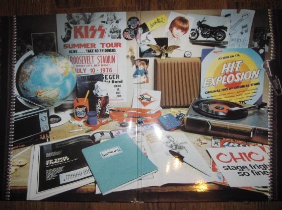 """La scrivania dei Daft Punk, in una foto del booklet di """"Homework"""", il loro album di debutto, del 1997"""