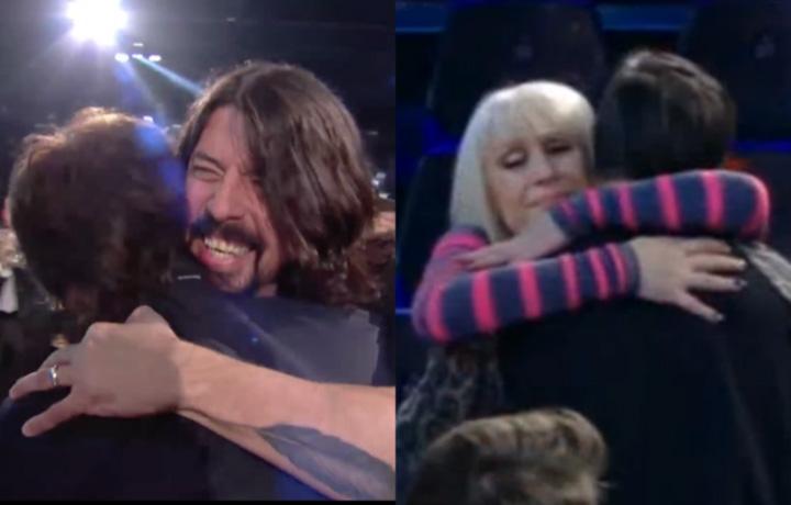Gli abbracci di Dave Grohl e di Raffaella Carrà (screenshot video)