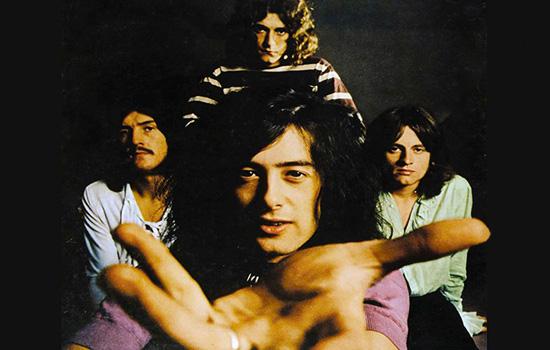 I Led Zeppelin. Al centro il chitarrista Jimmy Page, che compie 71 anni oggi