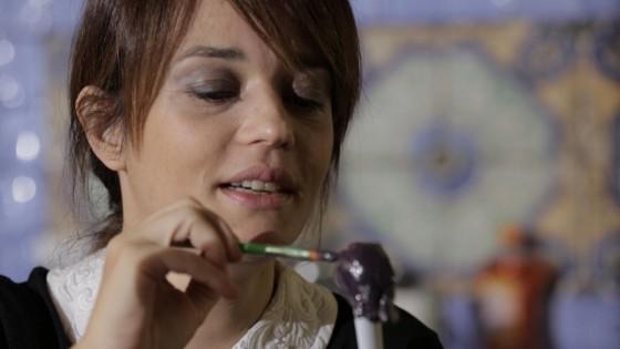 """Carmen Consoli mentre realizza le sue """"femminazze"""" di marzapane"""