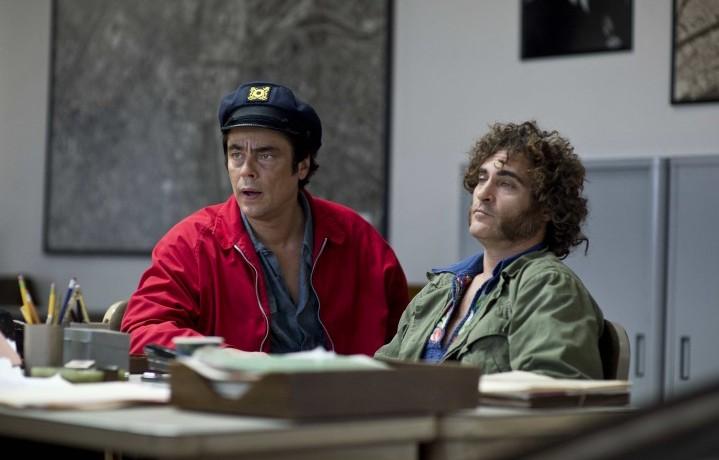 """Benicio Del Toro e Joaquin Phoenix in una scena di """"Vizio di forma"""""""