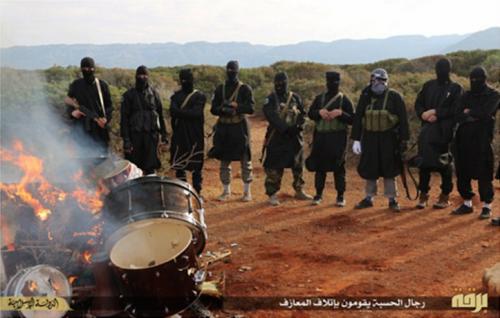 Alcuni degli strumenti musicali sequestrati e messi al rogo dall'Isis