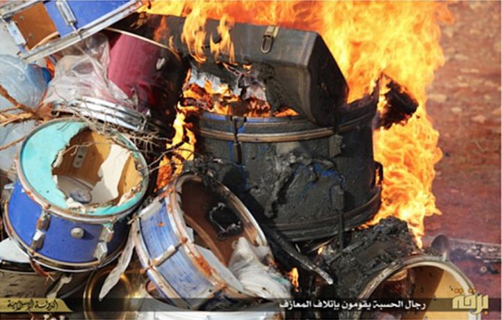 Il rogo degli strumenti musicali a Derna (Libia)