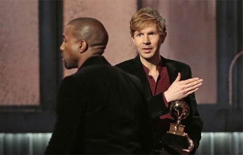 Kanye West si allontana dal palco dei Grammy Award, dove stava per replicare un suo grande classico: interrompere la premiazione per dire che il premio spettava a Beyoncé