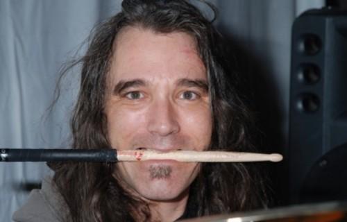 """Dave Abruzzese ha suonato con i Pearl Jam dal 1991 al 1994. È presente sugli album """"Vs."""" e """"Vitalogy"""""""