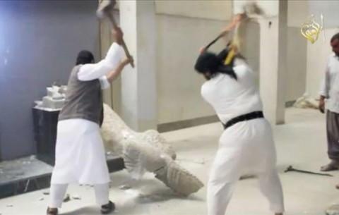 """Un momento del video della distruzione delle opere d'arte del museo di Mosul, in Iraq, diffuso da un sedicente """"ufficio stampa della provincia di Ninive"""""""