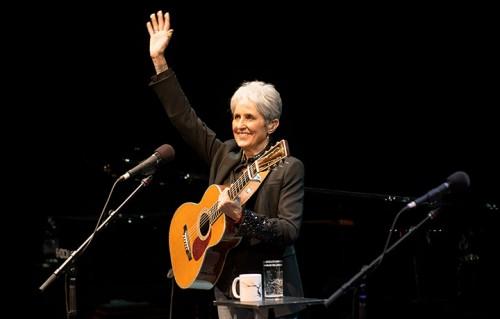 Joan Baez in concerto al Teatro Nuovo di Udine, ecco le foto