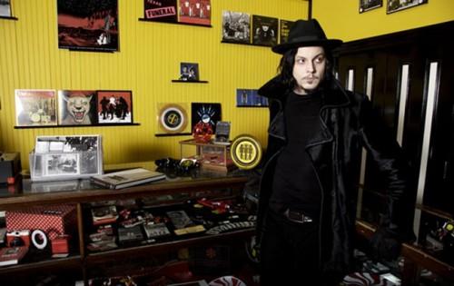 Jack White nel suo negozio di dischi