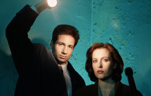 """David Duchovny e Gillian Anderson in una foto promozionale della prima stagione di """"X-Files"""""""
