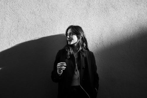 Clara ha 23 anni e sta ascoltando gli Spaceman 3. Fotografata da Marco Casino a Milano per #leicarollingstone