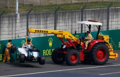 Gli ufficiali di gara spostano la Williams FW37 Mercedes di Felipe Massa durante le prove libere del Gran Premio di Shanghai, 10 aprile (foto: Fia, via Facebook)