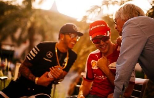 Molto fuori Salone. Lewis Hamilton, 30 anni, Sebastian Vettel, 27 e il capo dei capi della Formula 1, Bernie Ecclestone, 84 anni (foto: Facebook Scuderia Ferrari)