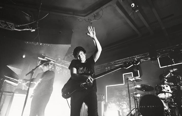 Matthew Murphy (chitarra, voce, tastiere), Tord Øverland Knudsen (basso, chitarra e tastiere) e Daniel Haggis (batteria, tastiere), cioè The Wombats. Foto Giulia Razzauti