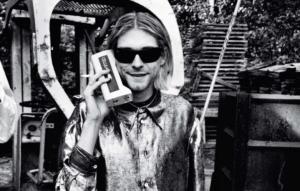 """Quando arrivarono le agenzie sul malore di Kurt Cobain (qui fotografato da Anton Corbijn nel 1993) all'Excelsior di Roma, l'Ansa lo chiamò """"Kurt Poupon"""". Si era registrato così all'hotel"""