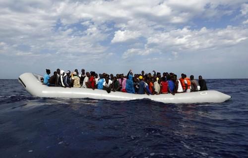 Su questo gommone ci sono 105 migranti (Foto: Darrin Zammit Lupi/MOAS)