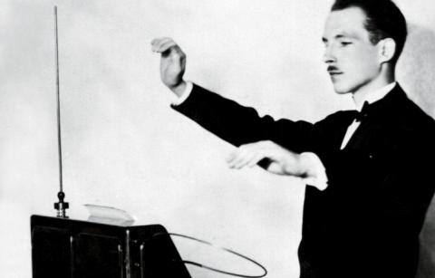 Il Theremin suonato dal suo creatore.