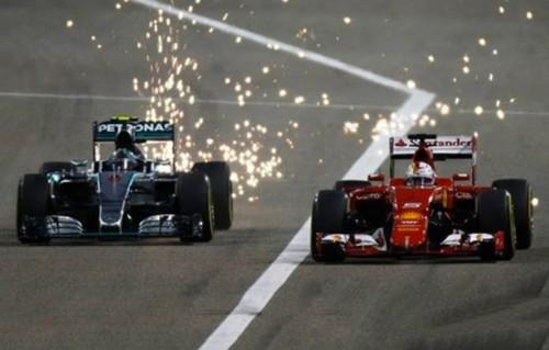 Nico Rosberg, Mercedes , supera la Ferrari di Sebastian Vettel (foto: Facebook Fia / Glenn Dunbar/LAT Photographic)