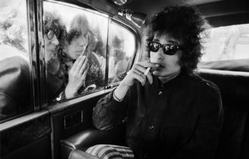 Foto di © Barry Feinstein - Le fan di Dylan attraverso la limo, London 1966