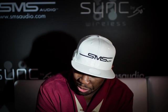 50 cent con il cappellino delle sue cuffie SMS, uno dei suoi investimenti principali