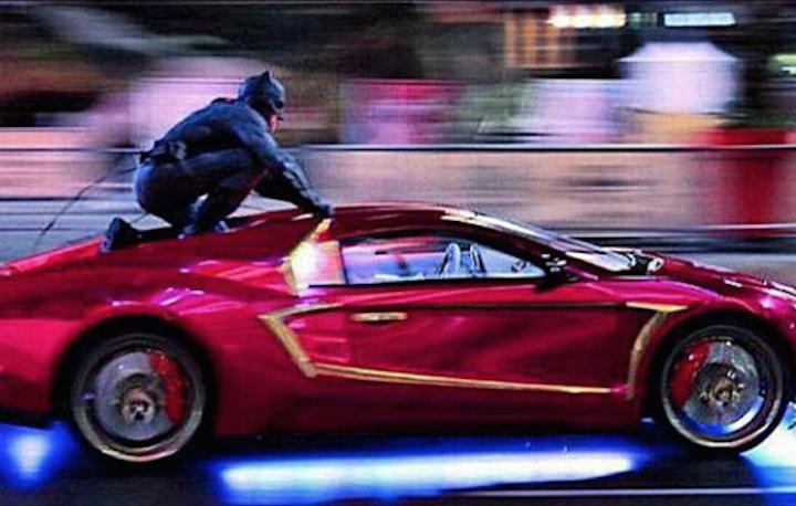 """Batman sul tetto dell'auto del Joker durante le riprese del film """"Suicide Squad"""""""
