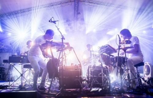 La formazione live del progetto di Dan Snaith, alias Caribou. Foto: Miserianera.com