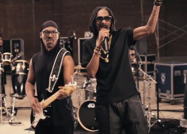 """Un fotogramma di """"Red Light"""", il brano del 2013 che Murphy ha cantato con Snoop Lion."""