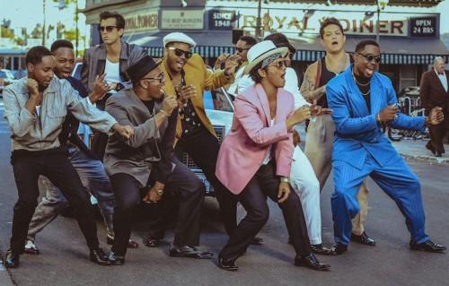 Un frame del video di Uptown funk