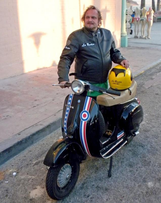Il nostro inviato Roberto Croci detto La Bestia, l'unico a girare per Los Angeles con una Vespa 125 Primavera del 1967