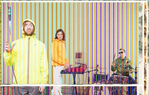 I Niagara nel servizio Rolling Style del mese di maggio - GABRIELE e DAVIDE (da sinistra) indossano total look K-Way Le Vrai 3.0. PAOLO (il batterista) indossa giacca in nylon camouflage e pantaloni Blauer, occhiali Ray-Ban