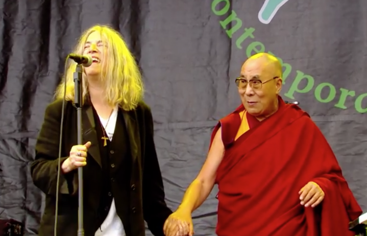 Patti Smith sul palco del Glastonbury con il Dalai Lama