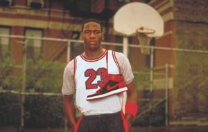 Michael Jordan con la maglia numero 23 e le Air Jordan I al collo
