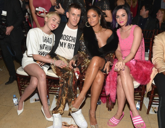 Miley Cyrus, Jeremy Scott, Rihanna e Katy Perry in prima fila allo show di Moschino della scorsa stagione