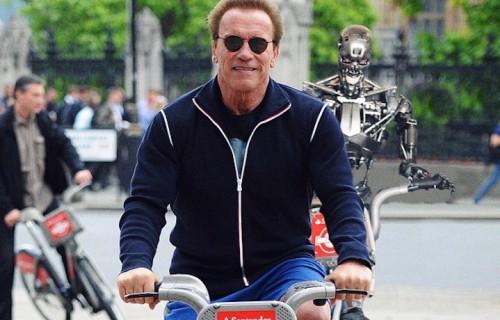 Arnold Schwarzenegger in bici con il suo migliore amico. Fonte: Facebook