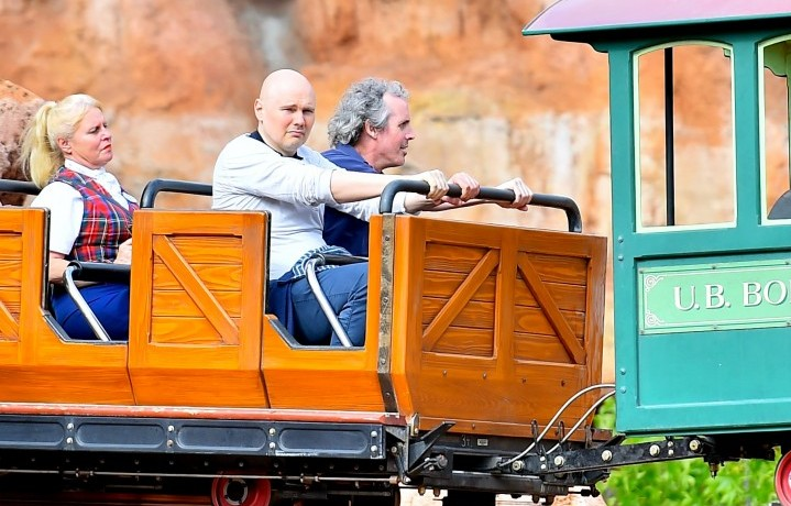 Billy Corgan, divertitissimo, a Disneyland