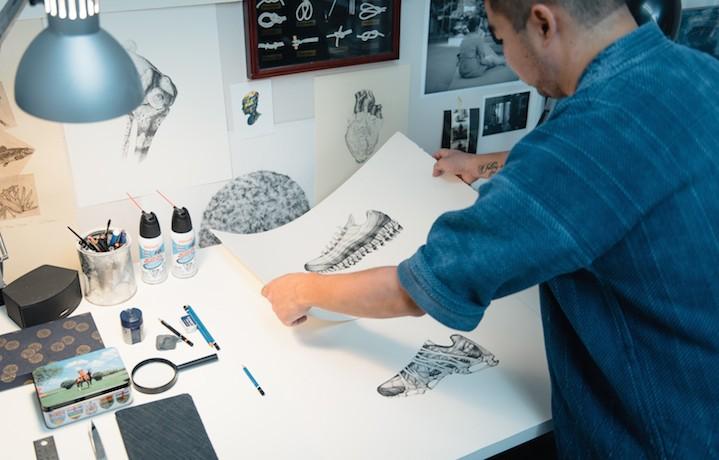 Andy Van Dinh alle prese con le sue opere