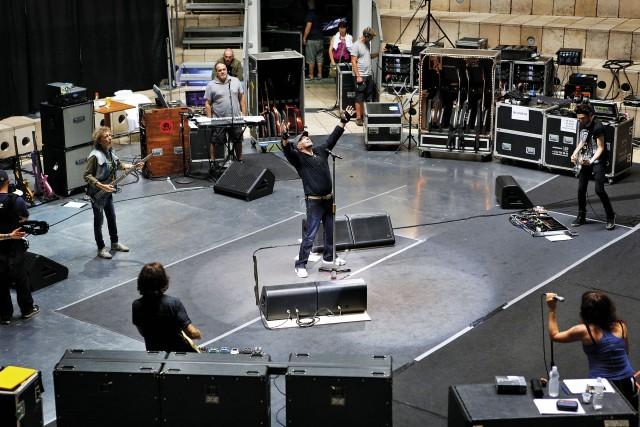 Le prove generali a Castellaneta, Vasco si prepara duramente per dare il massimo sul palco. Scrive canzoni per gioco, fa i dischi per scherzo, poi sale sul palco e fa sul serio