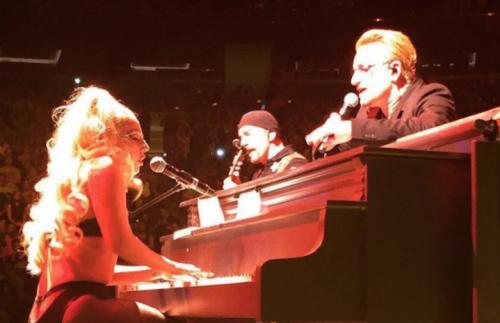 """Lady Gaga e Bono mentre eseguono """"Ordinary Love"""". Foto: Instagram"""