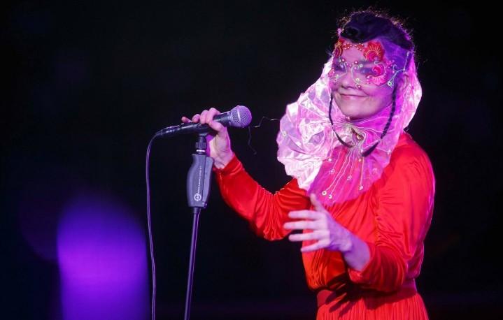 Il concerto di Björk all'Auditorium Parco della Musica di Roma il 29 luglio - Foto di Musacchio & Ianniello - Dress by Emanuel Ungaro - Headpiece by J T Merry