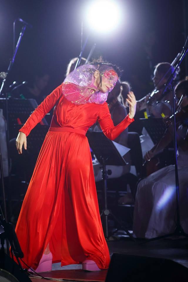 Björk all'Auditorium Parco della Musica di Roma il 29 luglio - Foto di Musacchio & Ianniello - Dress by Emanuel Ungaro - Headpiece by J T Merry