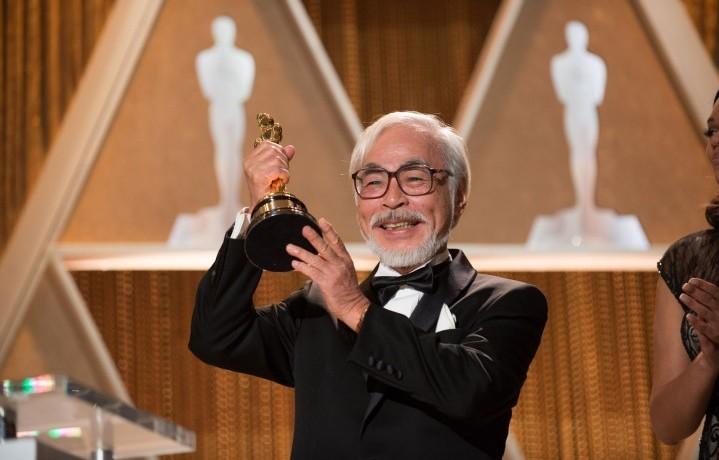 Hayao Miyazaki con l'Oscar alla carriera vinto nel 2014