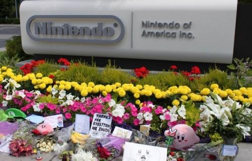 Gli omaggi dei fan a Satoru Iwata fuori dalla sede di Nintendo. Fonte: Facebook