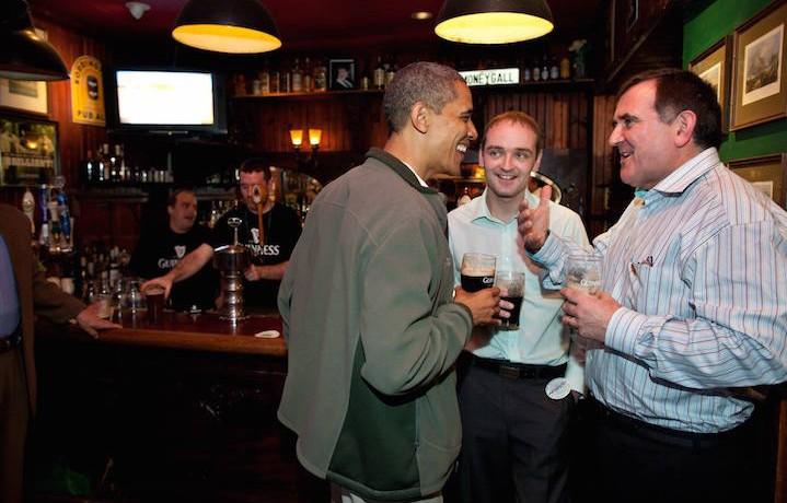 Obama con la sua Guinness al bar. È davvero uno di noi. Fonte: Facebook