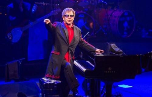 Elton John durante un live. Foto via Facebook