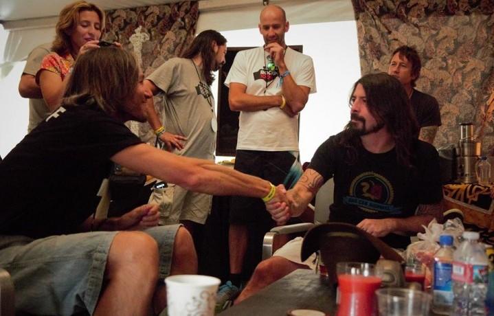 Fabio Zaffagnini, organizzatore di Rockin' 1000, incontra Dave Grohl presso il Gentlemen of the Road Walla Walla