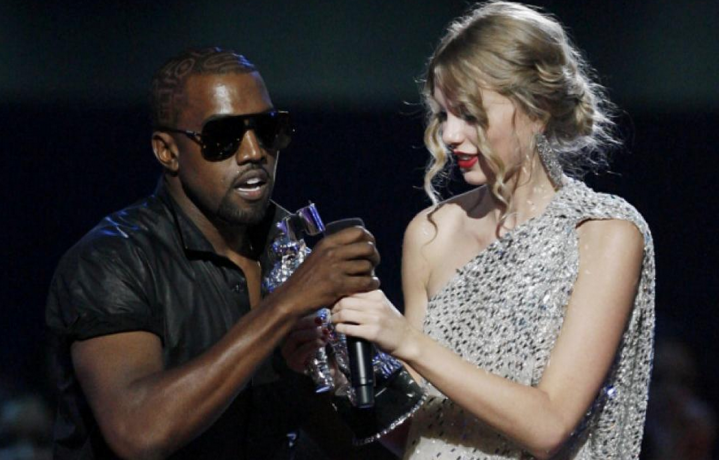 Kanye West e Taylor Swift sul palco dei VMA's del 2009. Foto Facebook