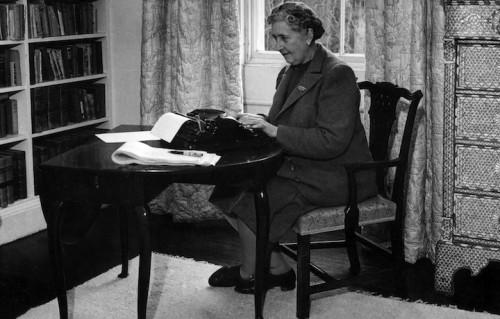 Agatha Christie al lavoro alla sua macchina da scrivere. Quest'anno è il 125° anniversario della sua nascita