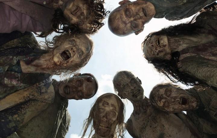 Un folto gruppo di Zombie pronto per mangiarci il cranio