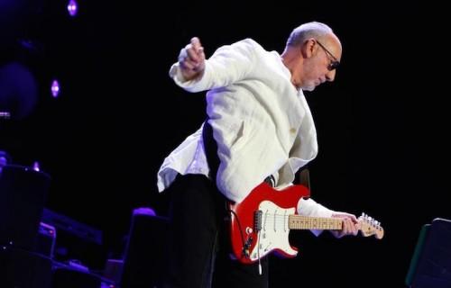Pete Townshend, 70 anni a maggio, suona ancora la chitarra con la sua storica rotazione a mulinello. Fonte: Facebook